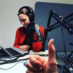 Klara Önnerfält vid mikrofon.