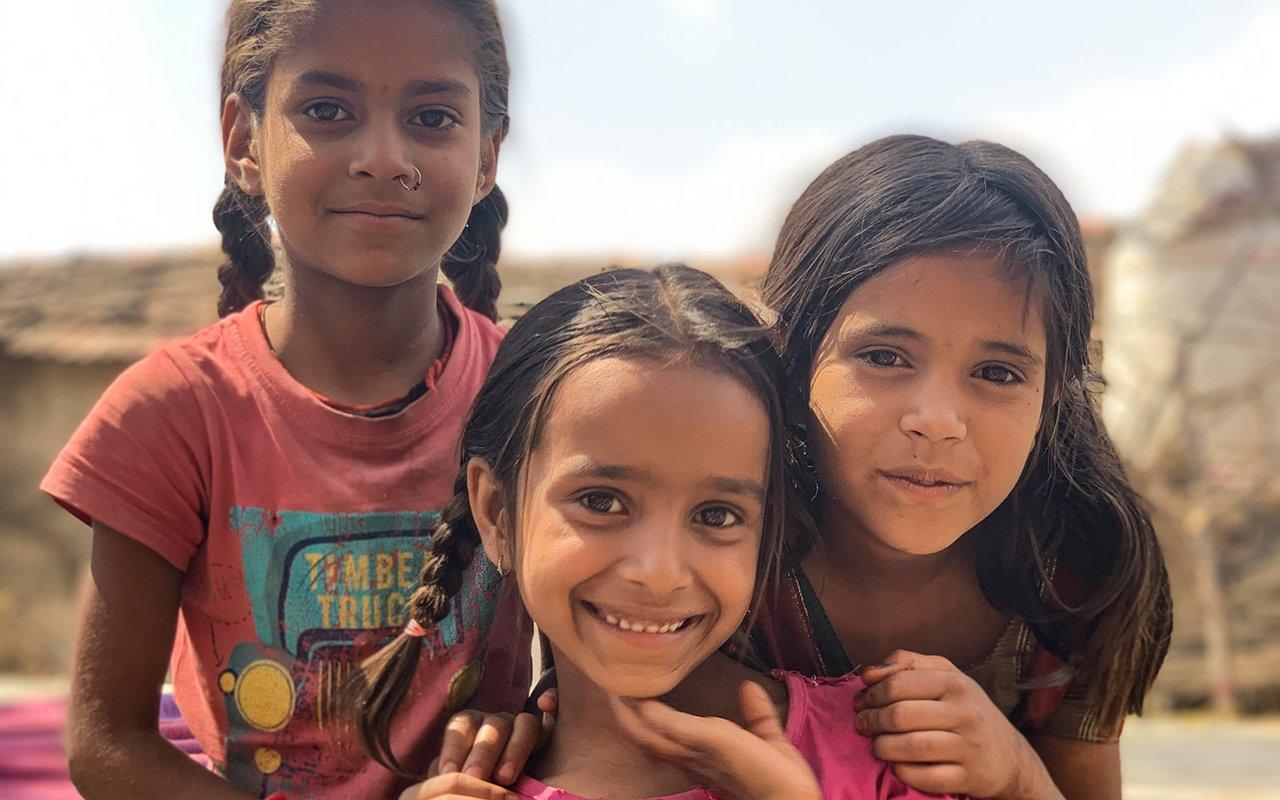 Tre flickor i Gogunda i Indien