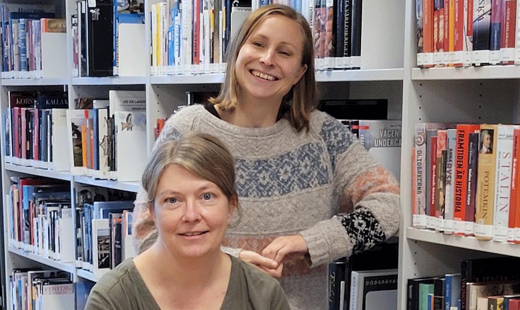 Två kvinnor i ett bibliotek